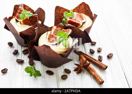 Cupcakes avec figs on a white background Banque D'Images