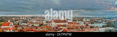 Vieille ville avec des toits rouges et les églises, antenne cityscape view de la ville de Vilnius, Lituanie