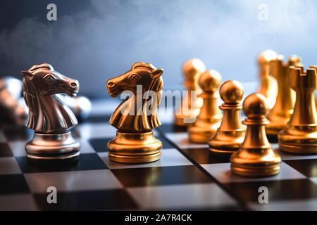 Cheval d'échecs rencontrés représentent ensemble de la négociation d'un rival ou un ennemi d'affaires dans un jeu de guerre commerciale.