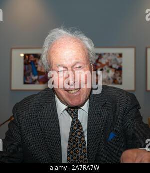 FRANKFURT AM MAIN, Allemagne - 3 novembre 2019: John Glen (*1932, le réalisateur britannique d'un éditeur, le plus célèbre pour la réalisation d'un enregistrement 5 films de James bond) à 30 ans 'Permis de Tuer' parler au Deutsches Filmmuseum de facto Banque D'Images