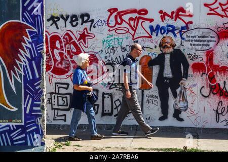 Les touristes de passage du mur de Berlin autour de Karl Marx East Side Gallery Allemagne Banque D'Images