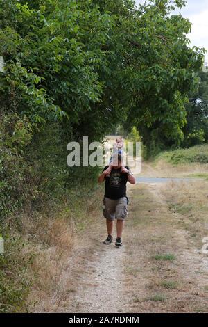 Les parents et les enfants de marcher dans les bois Banque D'Images