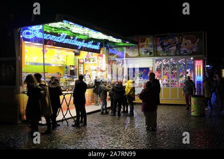 Nuit food à Bruges, Belgique Banque D'Images