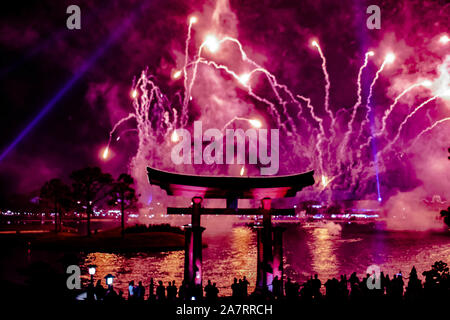 Orlando, Floride. 01 novembre, 2019. Arch japonais et de spectaculaires feux d'artifices la nuit dans l'arrière-plan d'Epcot (87).