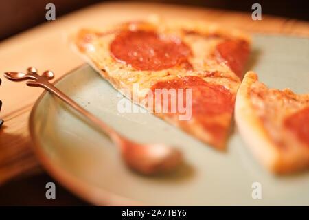 Délicieux de coupe des pizzas sur une plaque sur la table. classic pizza peperroni avec saucisse Banque D'Images