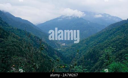 Avis de Kazbegi, Géorgie. Arrière-plan de montagne naturel magnifique. L'été