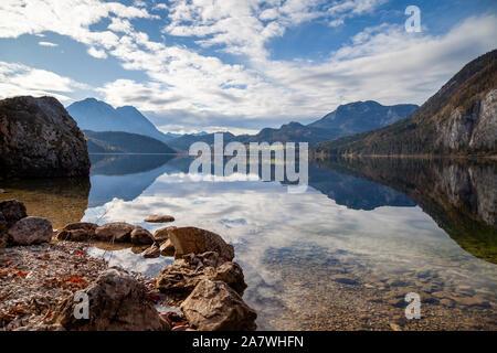 Altausee, Autriche et son reflet dans le lac. L'automne est là et les arbres sont colorés. Lac Altaussee est entouré de montagnes. Banque D'Images