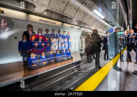 Southwark, Londres, Royaume-Uni. 5 Nov 2019. Steve McQueen Année 3 projet peut maintenant être vu sur plus de 600 panneaux publicitaires à travers tous les 33 quartiers de Londres. Les panneaux présentent des photos de classe de l'école Année 3 enfants de Londres l'école primaire. Les panneaux sont sur des rues, les quais, les sites, et les stations de métro jusqu'à la mi-novembre. Toutes les photos d'école seront présentés ensemble dans une installation à grande échelle de la Tate Britain sur Show du 12 novembre 2019 - 3 mai 2020. Crédit: Guy Bell/Alamy Live News Banque D'Images