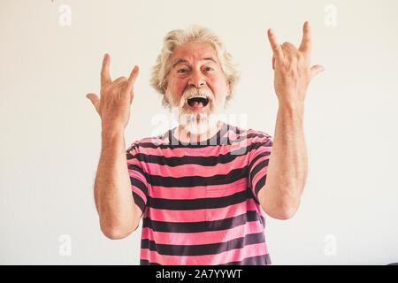 Heureux et fou la haute vieil homme avec du rock'n roll hand sign - portrait de race blanche à maturité les gens s'amuser -jeune male avec bac blanc Banque D'Images