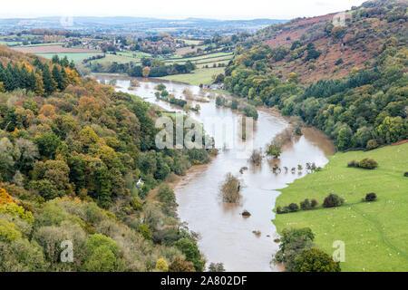 La rivière Wye dans flood ci-dessous Coppett Hill le 28.10.2019 vue de Symonds Yat Rock, Herefordshire UK - l'inondation est due à de fortes pluies dans le pays de Galles.