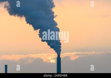 Éructations de fumée d'une cheminée industrielle ou la cheminée, laissant de l'air et la pollution atmosphérique dans un concept de réchauffement de la Banque D'Images