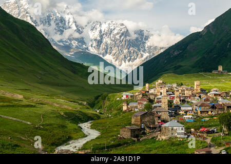 Ushguli village au coucher du soleil avec Shkhara mountain en arrière-plan.