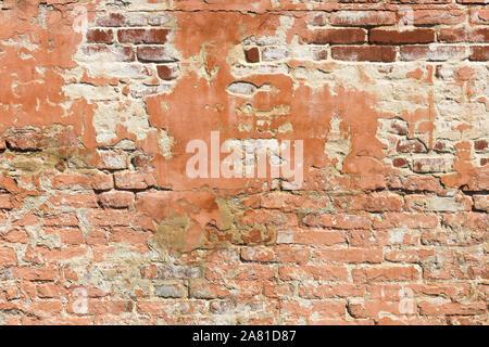 Modèle mur de briques. Vieux Mur construit à partir de la brique rouge, avec des restes de plâtre. La texture de fond. Banque D'Images