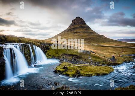 La pittoresque coucher de soleil sur les paysages et cascades. Kirkjufell mountain, de l'Islande Banque D'Images