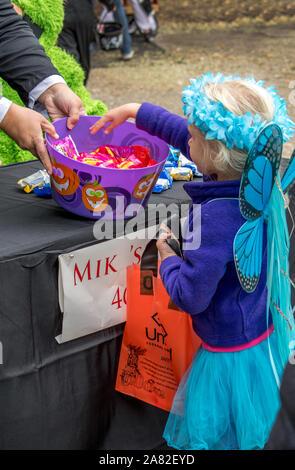 27 octobre 2018 Coloma MI USA, une petite fille habillée comme une fée prend candy lors d'une événement Halloween au Michigan USA Banque D'Images