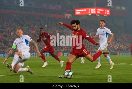 Liverpool. Nov 6, 2019. Mohamed Salah de Liverpool (2e R) pousses durant la Ligue des Champions de football match du groupe E entre Liverpool FC et KRC Genk à Anfield à Liverpool, Angleterre le 5 novembre 2019. Source: Xinhua/Alamy Live News Banque D'Images