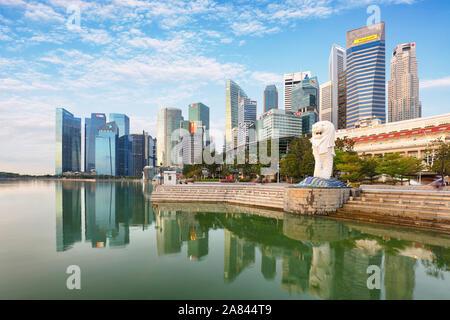 Singapour - 11 octobre 2019: statue du Merlion Merlion Park fontaine à Singapour et sur les toits de la ville le 16 décembre 2014. Cette fontaine est l'un des plus nous