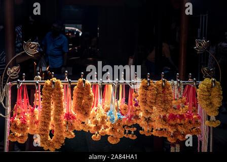 Bangkok, Thaïlande - 27 Oct 2019: Marigold flower garlands accroché sur l'acier au temple chinois, Thaïlande, au sujet de la religion concept. Banque D'Images