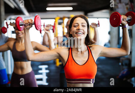 Belle femme aux working out in gym