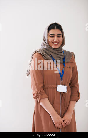 Portrait confiant teenage girl wearing hijab Banque D'Images