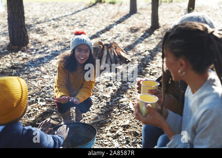 Happy Family Grill camping autour de camping Banque D'Images
