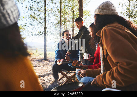 Happy Family eating at sunny camping Banque D'Images
