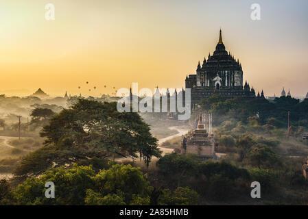 Scenic lever du soleil au-dessus de Thatbyinnyu temple de Bagan, Myanmar Banque D'Images