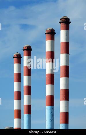Quatre grandes cheminées rouge et blanc de l'EDF (Electricité de France) Énergie thermique à Ponteau & Anse de Les Laurons Martigues Provence France Banque D'Images