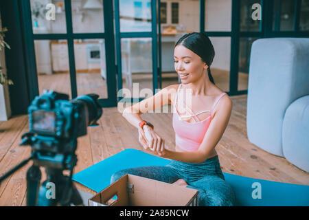 En annonçant des blogger Fitness watch sur après être présent Banque D'Images
