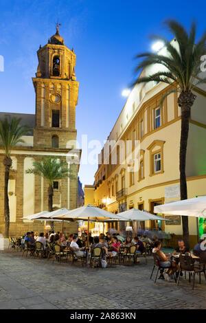 Les cafés de la Plaza de la Catedral en soirée, Cadix, Andalousie, Espagne, Europe Banque D'Images