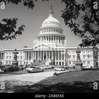 Années 1950, historiques, Washington D.C, USA, photo de cette époque le Capitol, la maison de l'US Congess et le siège de la branche législative du gouvernement fédéral des États-Unis. Construit dans un style néo-classique, lorsqu'il a été élargi dans les années 1850, un grand dôme en fonte a remplacé l'original plus petit du dôme inférieur de 1818.