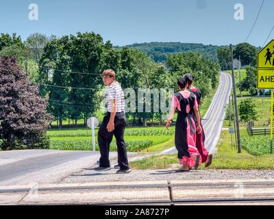 Lancaster, Pennsylvanie, juin 2019 - adolescents Amish à marcher le long des voies ferrées en pleine campagne sur une journée ensoleillée
