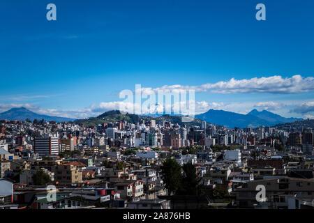 Vue panoramique de la ville de Quito en été, Pichincha, Equateur. Banque D'Images