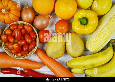 Un assortiment de fruits frais mûrs jaune violet rouge et rouge de sélection mixte légumes divers aliments ingrédients , vue de dessus / fruits et légumes contexte h