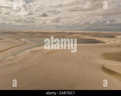 Vue aérienne des dunes de sable et les lagons au Brésil, parc national Lencois Maranhenses dans Maranhao state.Lago azul Banque D'Images