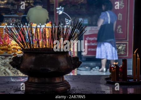 Bangkok, Thaïlande - 27 Oct 2019: encens brûlant dans un temple en Wat Mangkon Kamalawat, Bangkok Banque D'Images