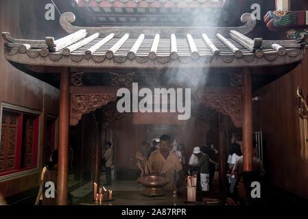 Bangkok, Thaïlande - 27 Oct 2019: belle expérience voyageur Asie Thaïlande culture religion prière à Temple Dragon Kammalawat Lengnoeiyi (WAT), Banque D'Images