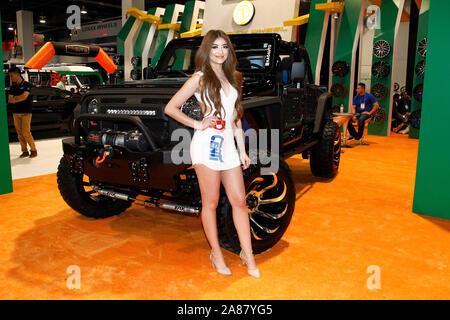 Las Vegas, États-Unis. 06 Nov, 2019. Un modèle de roue de vitesse pose à côté d'un customzied Jeep Wrangler sur l'affichage pendant la SEMA Show 2019, au centre des congrès de Las Vegas à Las Vegas, Nevada, le mercredi 6 novembre, 2019. Photo de James Atoa/UPI UPI: Crédit/Alamy Live News