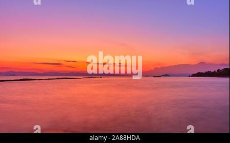 Mer Égée dans l'île d'Aegina, au crépuscule, la Grèce - Coucher de soleil - paysage paysage marin. Exposition longue, l'eau est trouble par motion Banque D'Images