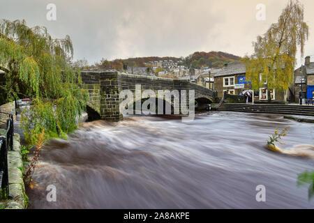 L'eau en crue et Hebden Packhorse Vieux Pont, Hebden Bridge, Pennines, Yorkshire, Calderdale Banque D'Images