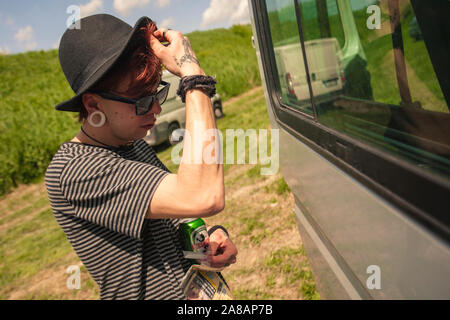 Garçon se reflète dans la fenêtre Banque D'Images