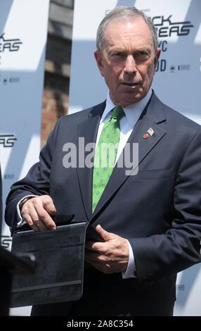Manhattan, États-Unis d'Amérique. Août 17, 2011. NEW YORK, NY - 17 août: NYC le maire Michael Bloomberg (L) et Will.i.am des Black Eyed Peas faire une annonce à l'arsenal de Central Park le 17 août 2011 dans la ville de New York Michael Bloomberg: Personnes: Tempête Crédit Media Group/Alamy Live News Banque D'Images