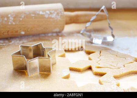 Les pâtisseries de Noël, roulé la pâte avec des emporte-pièce en étoile et sapin pour la forme d'épice, traditionnels, de discussion, d'Epe profondeur étroites Banque D'Images