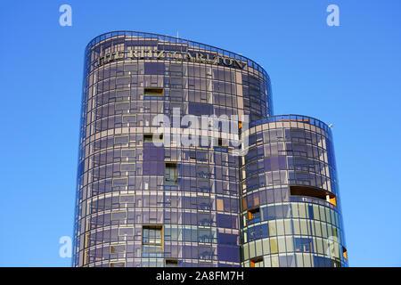 PERTH, AUSTRALIE - 1 JUL 2019- Avis de l'Hôtel Ritz Carlton Perth, un nouvel hôtel de luxe dans un gratte-ciel de verre sur Elizabeth Quay surplombant la rivière Swan dans Banque D'Images