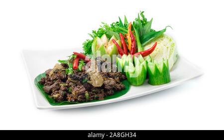 Salade de Bœuf haché épicé cuit avec des herbes épicées ingrédients Thai Food populaire dans un style nordique décorer avec du concombre et de légumes sculptés, vue latérale. Banque D'Images