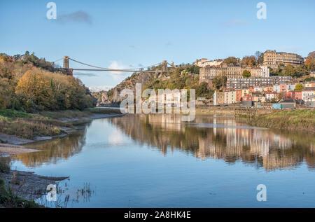 Le pont suspendu de Clifton, l'Avon Gorge de condensats chauds et à au nord de l'Leigh Woods côté de la rivière Avon sur une Soirée ensoleillée, Bristol, Royaume-Uni