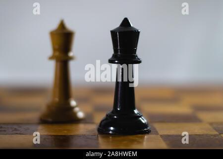 Pièces d'échecs sur un échiquier. Le concept de stratégie. Le pouvoir. La bataille.