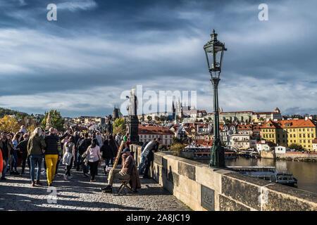 PRAGUE, RÉPUBLIQUE TCHÈQUE - le 27 octobre 2019: les touristes et les marchands sur le Pont Charles sur la rivière Moldova en face de Hradcany Castle et Saint Vitus Cath