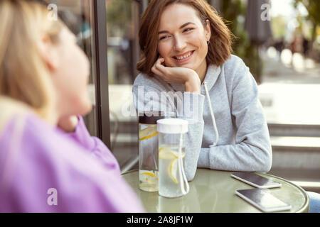 Heureux jeune femme qui parle avec son amie