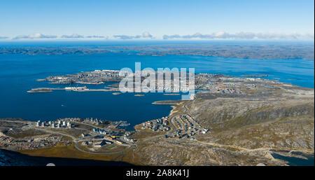 Greenlands - plus grande ville capitale Nuuk au Groenland vue aérienne. Drone photo de Nuuk Godthaab aka à partir de l'air, vu de la montagne Sermitsiaq Nuup Kangerlua montrant également fjord. Banque D'Images